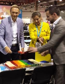 Anlässlich des Internationalen Tages gegen Homo- und Transphobie schnitt FDP-Chef Christian Lindner (li.) am Sonntag auf dem Parteitag einen Regenbogenkuchen an - Quelle: FDP Berlin