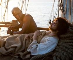 Die zeitlich fr�heste Geschichte spielt um 1850 auf einem Schiff nach Kalifornien: David Gyasi spielt den Sklaven Autua (l.), der sich mit dem Notar Adam Ewing (Jim Sturgess) anfreundet - Quelle: Cloud Atlas Production