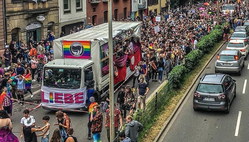 Hunderttausende beim Christopher-Street-Day-Umzug in Köln