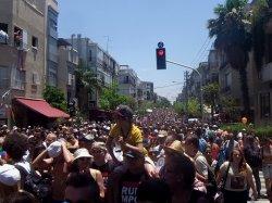 Der Tel Aviver CSD f�llt vor allem durch die hohe Anzahl der mitlaufenden Teilnehmer auf