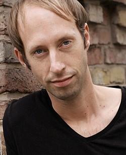 """Daniel Abma studierte Regie an der Filmuniversität Konrad Wolf Babelsberg. In 2015 gewann sein Abschlussfilm """"Nach Wriezen"""" den Grimme-Preis. """"Transit Havana"""" ist sein zweiter abendfüllender Dokumentarfilm"""