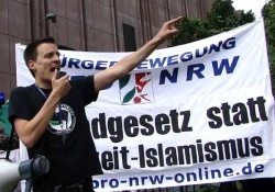 """Daniel Krause am 9. Juni 2012 als Redner auf einer Kundgebung der rechtsextremen Kleinpartei """"Pro NRW"""""""