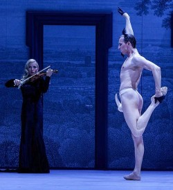 Umgeschnallte Erektionen: Auf der B�hne der Komischen Oper wird fortw�hrend auf erregte Sexualit�t verwiesen - Quelle: Yan Revazov