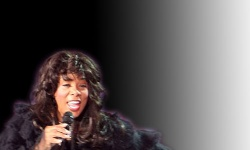 """Donna Summer (1948 - 2012), lieferte uns lange """"Hot Stuff"""" - Quelle: Wiki Commons / Wiki Oh Land / CC-BY-SA-3.0 (Montage queer)"""
