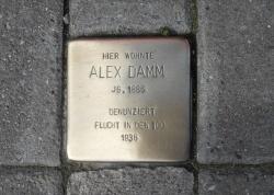 Der schwule Dortmunder Alex Damm wurde 1936 bei der Polizei denunziert und nahm sich aus Angst das Leben. Heute erinnert ein Stolperstein an ihn - Quelle: Marvin Mendyka