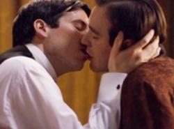Direkt in der ersten Folge küsst Diener Thomas (l.) seinen adligen Freund - Quelle: Screenshot