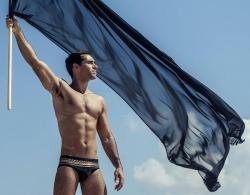 Noch immer auf Facebook online: Sexy Kerl schwenkt stolz die Fahne der Terrormiliz