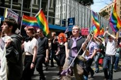 """Im letzten Jahr demonstrierten Hunderte Schwule und Lesben im Rahmen der Kampagne """"Legalise Love"""" vor dem Parlament f�r eine Ehe-�ffnung"""