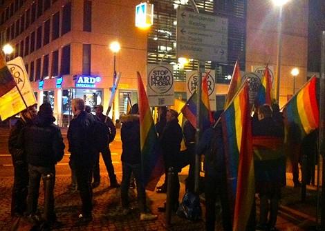 """""""Stop Homophobia"""": Vor dem ARD-Hauptstadtstudio demonstrierten gestern spontan Schwule und Lesben - mit einem Appell, der nicht gehört wurde. Bild: Enough is Enough"""