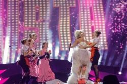 Krista Siegfrids aus Finnland im Hochzeitsdress, kurz vor dem Frauenkuss - Quelle: EBU