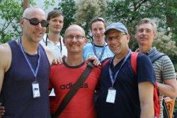 Leider nicht in Badehose: Schwimmer aus Hamburg und M�nchen beim gemeinsamen Gruppenbild