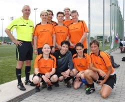 Keine Ber�hrungs�ngste: Unser Autor Dirk Leibfried (links) posiert mit dem Frauen-Fu�ballteam aus Berlin