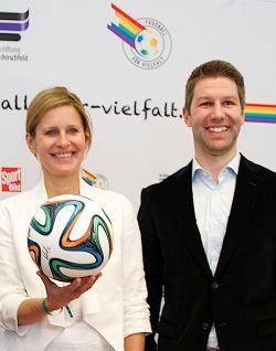 Gute Laune beim Gruppenfoto: Katrin M�ller-Hohenstein, Thomas Hitzlsperger und ein Ball