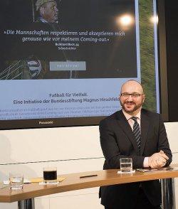 """J�rg Litwinschuh, gesch�ftsf�hrender Vorstand der Bundesstiftung Magnus Hirschfeld, stellt das 2013 gestartete Bildungsprojekt """"Fu�ball f�r Vielfalt"""" vor - Quelle: BMH"""