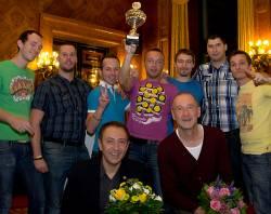 Siegermannschaft Friends Prague mit Pokal, Schirmherr Farid M�ller (l.u.) und Ehrengast Peter Lohmeyer (r.u.) - Quelle: Franz L�ffelstiel