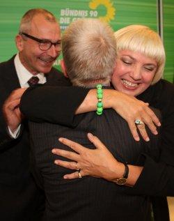 Fritz Kuhn von hinten: Volker Beck und Claudia Roth gratulieren 2012 herzlich zum Sieg bei der OB-Wahl - Quelle: Bundestagsfraktion B�ndnis 90/Die Gr�nen / flickr / cc by 2.0