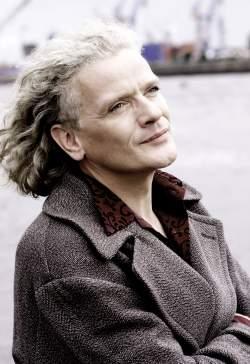 Georgette Dee wurde 1958 als Kind einer Gärtnerin und eines Drogisten in einem Dorf in der Lüneburger Heide geboren