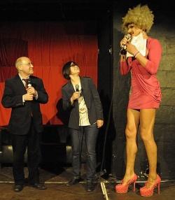 Gregor Gysi mit Gloria Viagra beim queerpolitischen Empfang der Linksfraktion im April 2013 im Berliner SchwuZ - Quelle: Sandra Kaliga / Linksfraktion im Bundestag