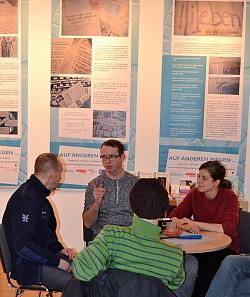 Mitarbeiter Ants Kiel (links) im Gespräch mit Gästen - Quelle: Katharina Menzel