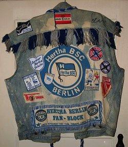 Kutte eines Hertha-Fans. Im April qualifizierte sich die Berliner Mannschaft vorzeitig für die Fußball-Bundesliga in der Saison 2013/2014 - Quelle: Wiki Commons / Oliver Wolters / CC-BY-SA-3.0