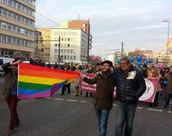 """H�ntsch (r.) bei einem spontanten letzten Gegenprotest gegen die """"Demo f�r alle"""", mit Regenbogenflagge vor dem homophobem Protest auf dem Weg zum Landtag - Quelle: nb"""