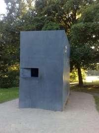 Denkmal für die im Nationalsozialismus verfolgten Homosexuellen, Ebertstraße auf Höhe Hannah-Arendt-Straße, Berlin-Tiergarten - Quelle: Dennis Klein