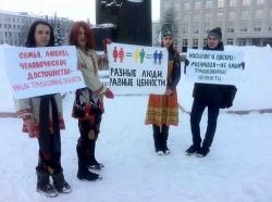 In St. Petersburg demonstrierten Schwule und Lesben in traditioneller Kleidung - Quelle: Coming Out St. Petersburg