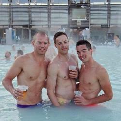 Heiße Jungs im heißen Wasser: Island bietet zahlreiche thermal beheizte Bäder - Quelle: Pink Iceland
