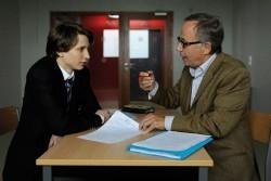 Franz�sischlehrer Germain (Fabrice Luchini) f�rdert seinen voyeuristischen Sch�ler Claude (Ernst Umhauer) - Quelle: Concorde Filmverleih