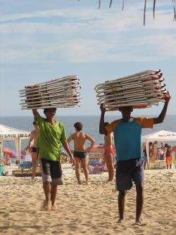Die Arbeit erledigen andere: Strandboys in Ipanema - Quelle: flickr / Mark Scott Johnson / cc by 2.0