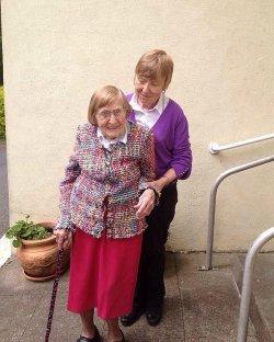 Die 101 Jahre alte Irin Kitty Cotter ging mit Regenbogen-Strickj�ckchen ins Wahllokal. Sie w�rde es gerne sehen, wenn ihr schwuler Enkel einmal heiraten w�rde - Quelle: Darryl Morris
