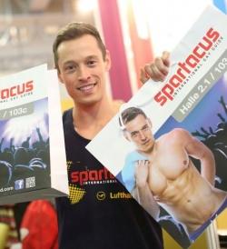 """Davey Wavey pr�sentierte im vergangenen Jahr die j�ngste Ausgabe des """"Spartacus International Gay Guide"""". In diesem Jahr wird das neue Covermodel Phil Fusco aus New York eingeflogen - Quelle: ITB Berlin"""