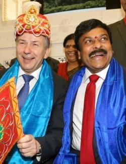 Berlins Regierender B�rgermeister Klaus Wowereit (SPD) l�sst keine Tourismusb�rse aus. Ob er nach der Rekriminalisierung von Homosexualit�t in Indien auch in diesem Jahr noch so freundlich am indischen Stand posieren wird?