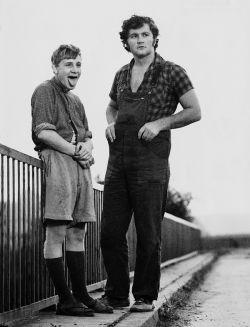 Der 20-jährige Abram (Martin Sperr, rechts) wird in seinem Dorf wegen seiner Homosexualität geächtet