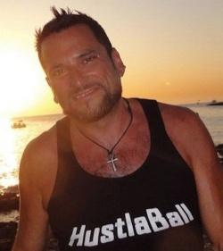 Gesch�ftsf�hrer Jeffrey Hurant mit HustlaBall-Shirt. Das schwule Partyevent wurde ebenfalls von Rentboy.com veranstaltet