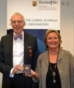 Auszeichnung in Mainz: Joachim Schulte mit Familienministerin Irene Alt (Gr�ne) - Quelle: Ministerium f�r Integration, Familie, Kinder, Jugend und Frauen des Landes Rheinland-Pfalz