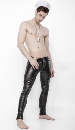 Die neue Modemarke John Rubben bietet maßgeschneiderte Mode und soll nicht verstecken, sondern betonen und zeigen, was Mann hat