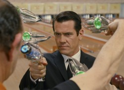 "Ohne Bart, aber mit Alien-Knarre: Josh Brolin in ""Men in Black 3"""