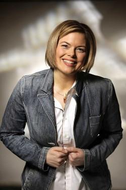 L�ssige Pose f�rs Pressefoto: Als Ministerpr�sidentin w�rde Julia Kl�ckner die Schirmfrauschaft �ber einen regionalen CSD �bernehmen