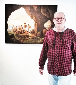 """Klaus Klaus vor seinem persönlichen Lieblingsbild in der früheren Ausstellung """"Transformation"""" (""""Weil ich auch schon in der Blauen Grotten auf Capri war und daran so schöne Erinnerungen habe."""")"""