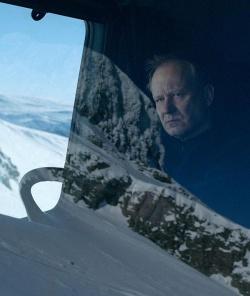 """Schneepflugdahrer Nils (Stellan Skarsg�rd) jagt in """"Einer nach dem anderen"""" den M�rder seines Sohnes - Quelle: Neue Visionen Filmverleih"""
