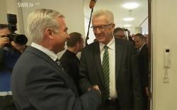 Der gr�ne Ministerpr�sident Winfried Kretschmann am Donnerstag mit schwarz-gr�ner Krawatte bei den Sondierungsgespr�chen mit dem CDU-Landesvorsitzenden Thomas Strobl, der dem B�ndnis offenener gegen�ber sein soll als CDU-Spitzenkandidat Guido Wolf