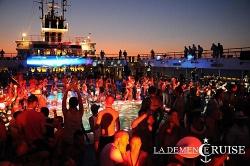... und nachts tanzen mit 1.800 anderen Schwulen rund um den Pool - Quelle: La Demence