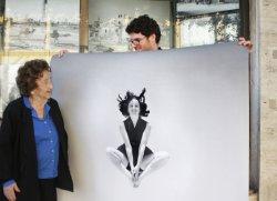 Oma und Enkel vor ihrem Laden in Tel Aviv