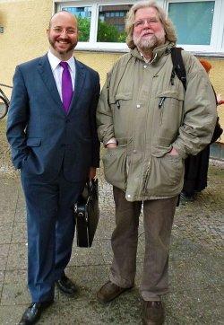 Zweimal Hirschfeld in der Berliner Mohrenstraße: Jörg Litwinschuh, Vorstand der Bundesstiftung Magnus Hirschfeld (li.), und Büronachbar Ralf Dose von der Magnus-Hirschfeld-Gesellschaft - Quelle: Klaus Born