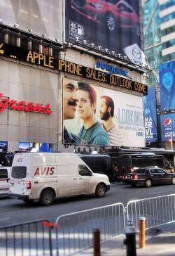"""Looking""-Werbung am Times Square in New York City"