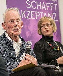 Enttäuscht von der Bundesregierung: LSVD-Vorstand Manfred Bruns und die ehemalige Bundestagsabgeordnete Barbara Höll (Die Linke) - Quelle: BMH / Sabine Hauf