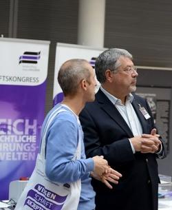 Zwei Besucher des 1. LSBTI*-Wissenschaftskongresses in Berlin