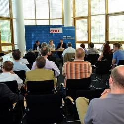 Nun rund 40 Teilnehmer kamen am Montagabend zur Podiumsdiskussion ins Konrad-Adenauer-Haus