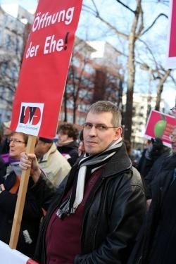 LSVD-Bundessprecher und -Vordenker Günter Dworek bei einer Protestaktion vor der SPD-Zentrale während der Koalitionsverhandlungen mit der Union